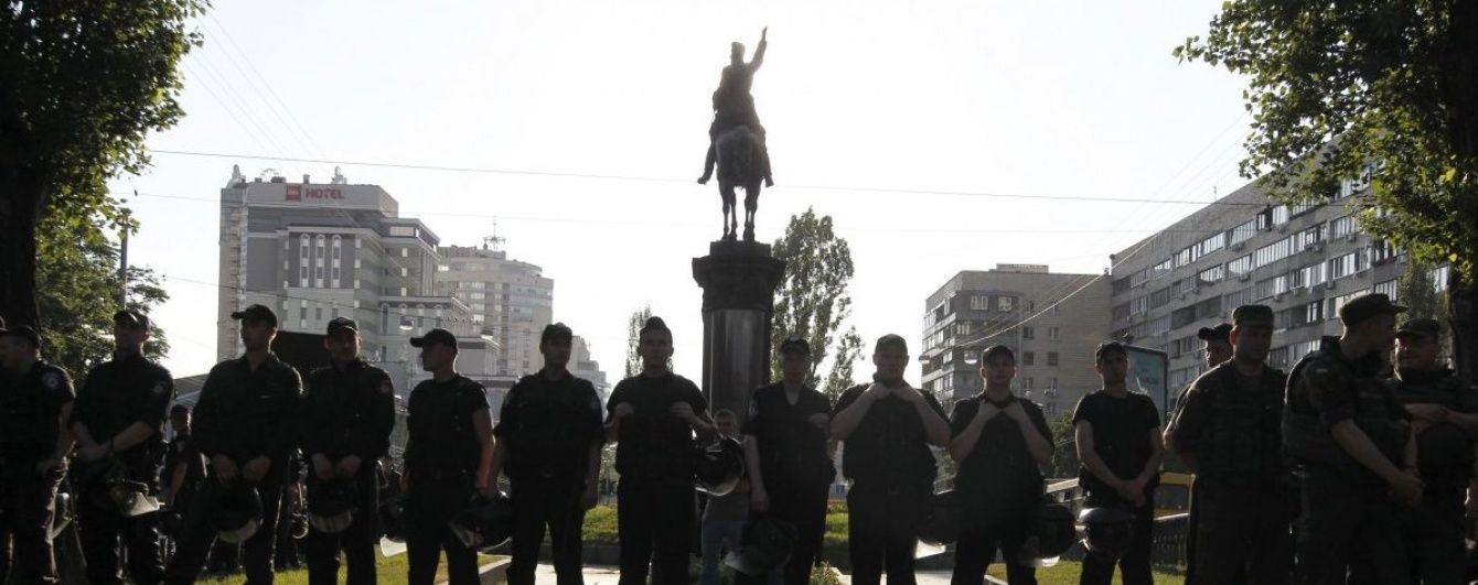 """У центрі Києва знову """"помилували"""" пам'ятник Щорсу"""