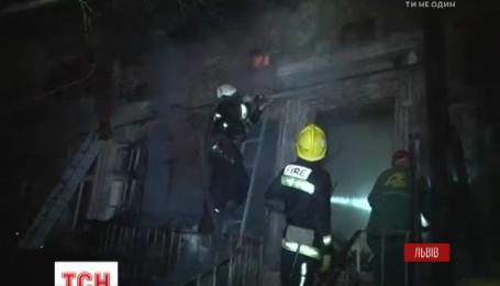 Во Львове 30-летний мужчина облил бензином и поджег дом своей семьи