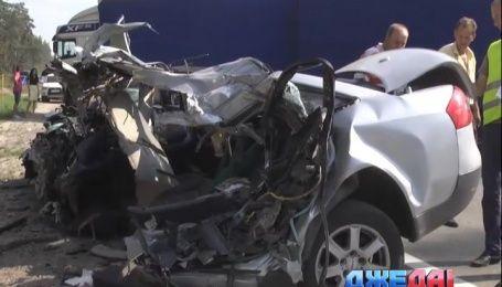 Страшная авария под Киевом. Удар о грузовик разорвал Audi на две части