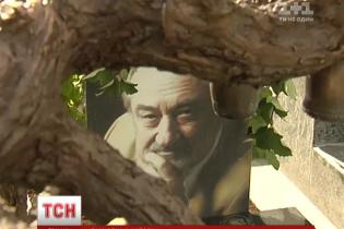 На могилі Богдана Ступки з'явився дивний монумент