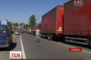 Блокування траси біля Грибовицького сміттєзвалища триває: десятки машин стоять від ранку