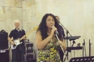 Ненафарбована Лоліта заспівала у московському метро