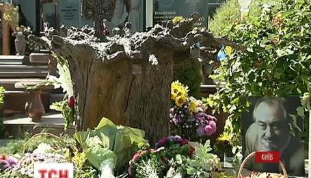 Актеру Богдану Ступке установили памятник на Байковом кладбище столицы