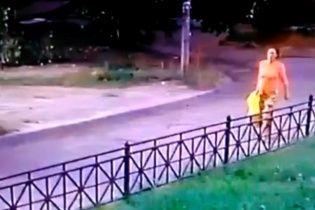У Казані камери зафіксували жінку, яка покинула кількагоддине немовля в пакеті на вулиці