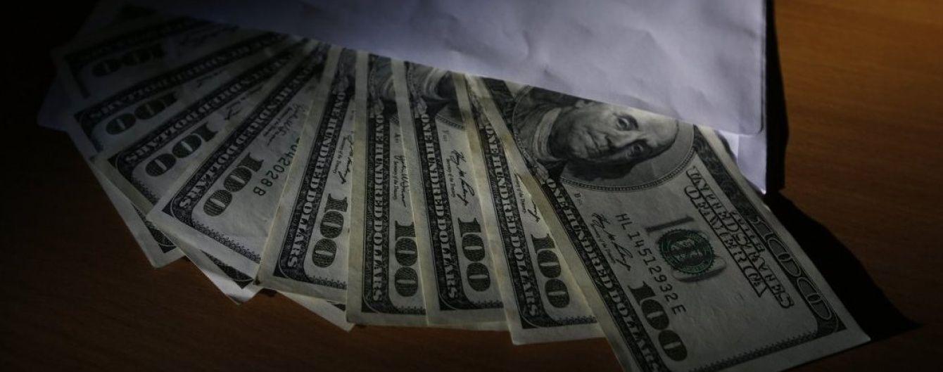 Українці почали активніше скуповувати валюту й не поспішають міняти її на гривні