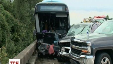 В США в аварию попал автобус с добровольцами, которые ехали на помощь пострадавшим от наводнения