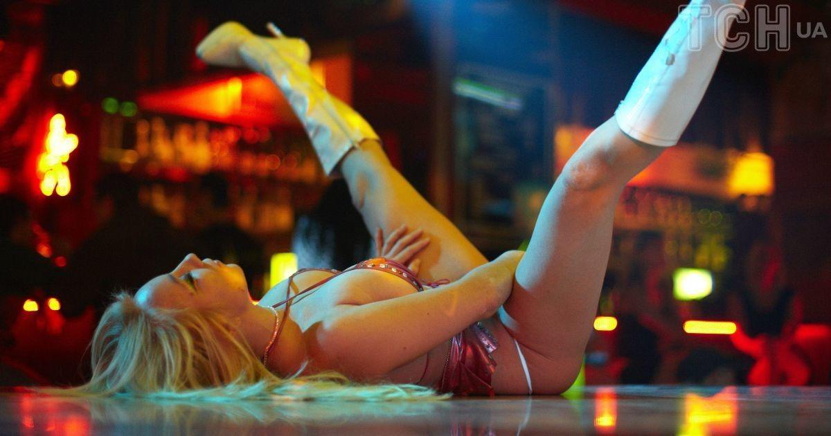 разделась и танцевала голой в клубе онлайн
