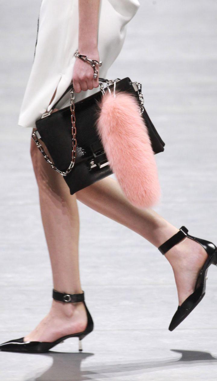 Коллекция Versaceпрет-а-порте сезона осень-зима 2016-2017 @ Getty Images