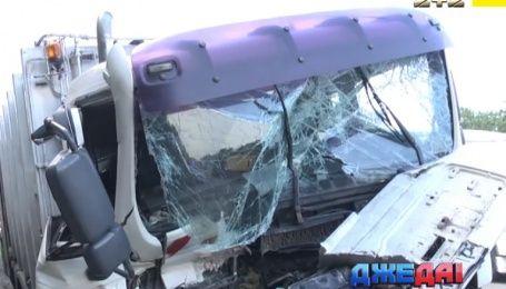 В Киеве на скользкой дороге столкнулись два грузовика