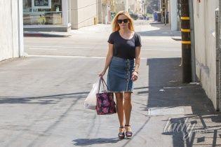 Звезды в обычной жизни: Риз Уизерспун надела джинсовую юбку в стиле 80-х