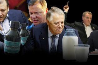 Залитые кровью и поваленные яйцами. С чем нападали на политиков в Украине