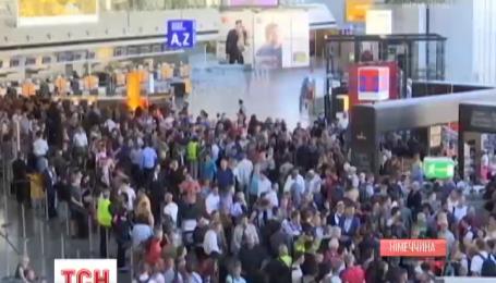 В крупнейшем аэропорту Германии началась массовая паника из-за угрозы взрыва