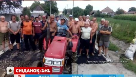 Украинские селяне самостоятельно положили асфальт на всех улицах