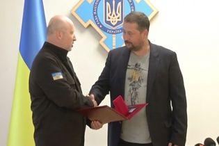 Керівник управління журналістських проектів 1+1 Максим Шиленко отримав відзнаку від секретаря РНБО