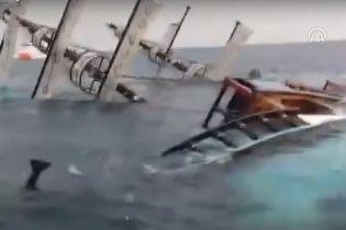 У Мережі показали напівзатонуле судно біля берегів Анталії