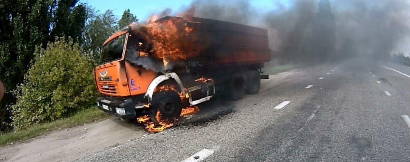 В Киевской области на ходу загорелся КамАЗ