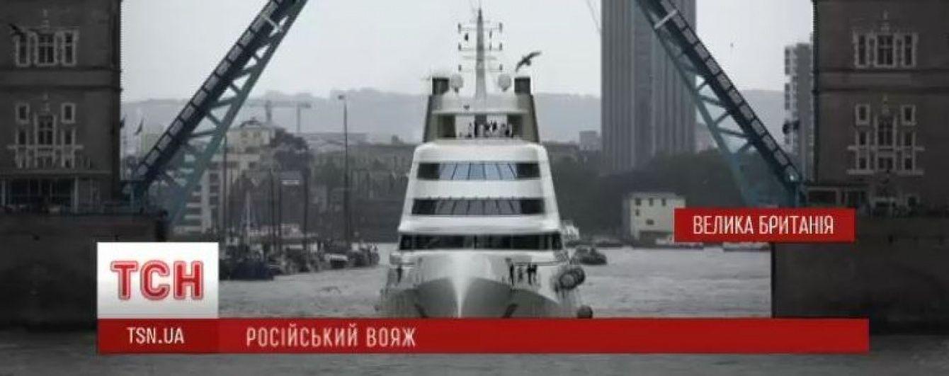 В Лондоне ради огромной яхты российского миллиардера развели Тауэрский мост
