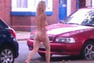 У Британії гола жінка гуляла вулицями міста посеред білого дня