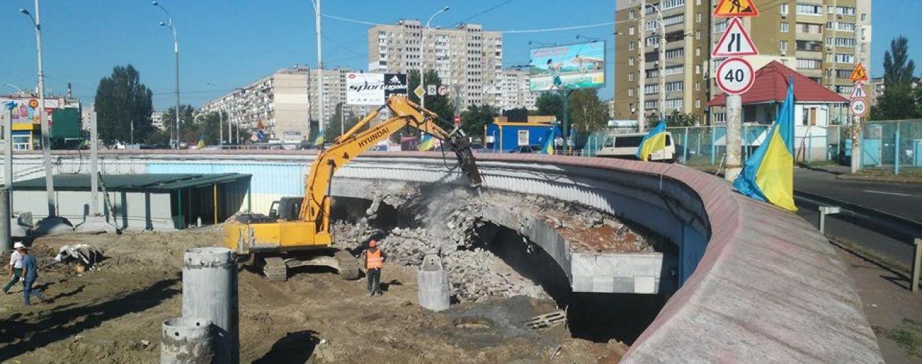 """Скандальне будівництво біля """"Героїв Дніпра"""": на столичній станції метро зносять вхід"""