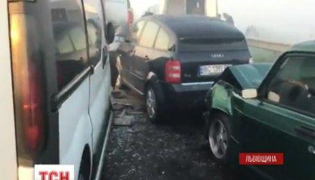 На Львовщине из-за ограниченной видимости столкнулись 11 автомобилей