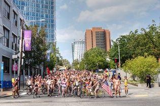 """Тисячі велосипедистів у Філадельфії взяли участь у """"голому параді"""""""
