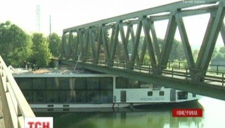 В Германии круизный лайнер врезался в мост, есть погибшие