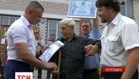 96-річний Анатолій Грищинський став найстаршим в країні водієм та розповів, кого підвозить
