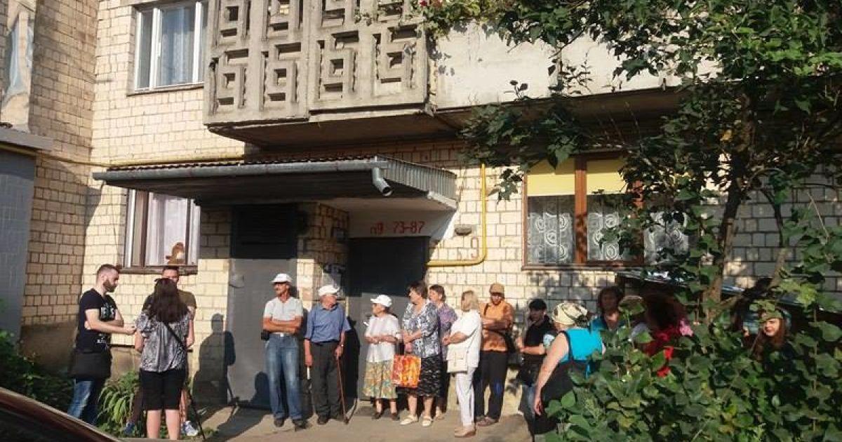 У Чернівцях сусіди не дали судовим виконавцям виселити жінку з двома дітьми