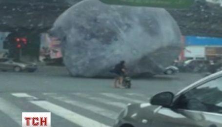 """Велетенський місяць """"розгулював"""" вулицями китайського міста Фучжоу"""