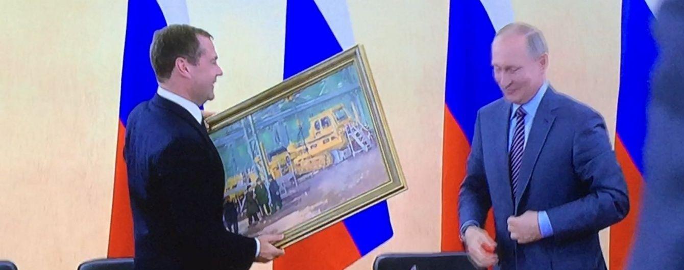 Картина маслом. В окупованому Криму Путін привітав Медведєва оригінальним полотном