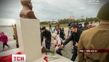 Монумент Йосифу Сталіну встановили на набережній у Сургуті