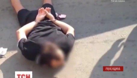 На Рівненщині поліція вилучила велику партію незаконно добутого бурштину та зброю