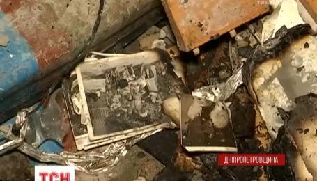 Жители дома, пострадавшего от взрыва в Павлограде, пытаются спасти уцелевшие вещи