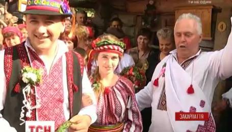 """На повозках и лошадях: фестиваль """"Закарпатская свальба"""" собрал 5 тысяч туристов на одной свадьбе"""