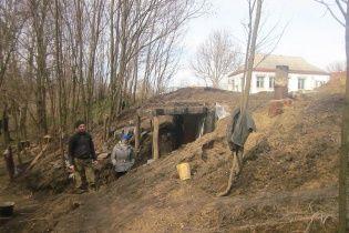 Боец АТО, который жил в землянке с семьей, показал полученное со скандалами новое жилье