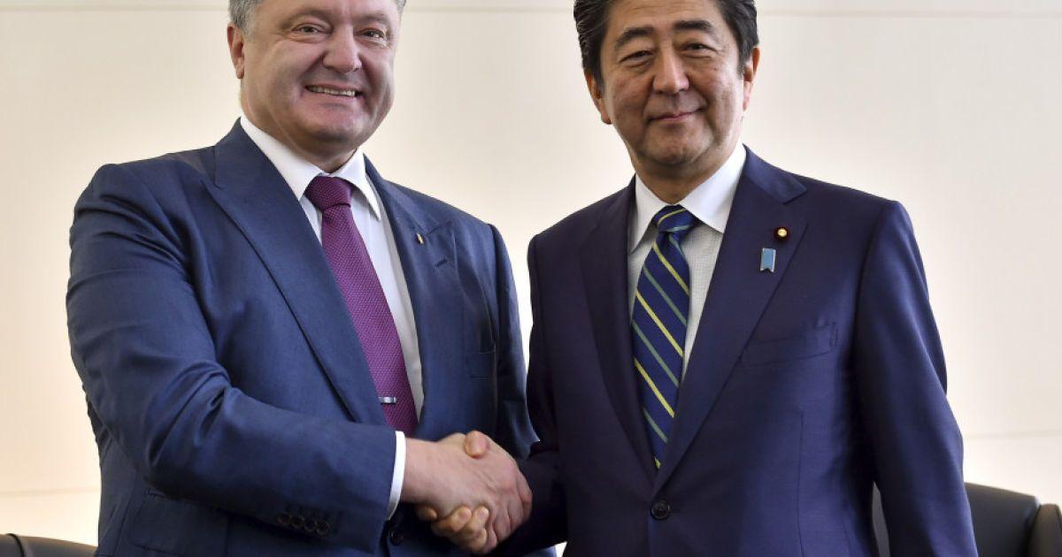 Порошенко із прем'єр-міністром Японії Сіндзо Абе @ Сайт президента України