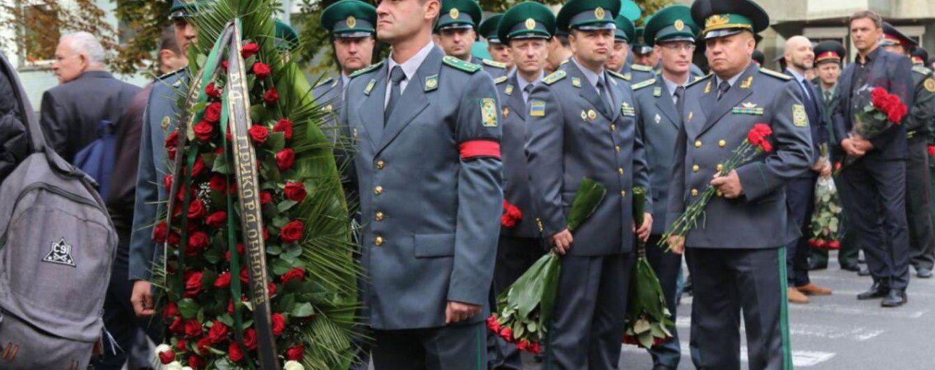 На Байковому кладовищі з військовим салютом поховали генерала Таранова