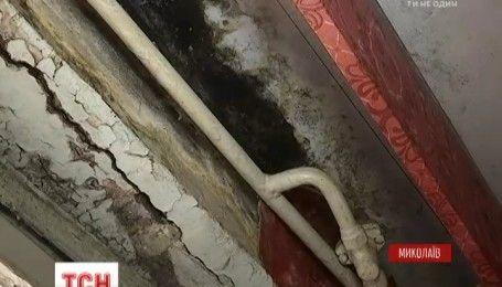 З мокрими стінами та в темряві: два десятки багатоповерхівок постраждали від зливи у Миколаєві