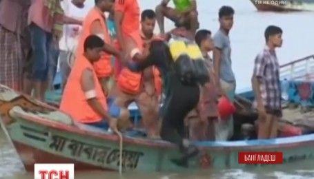 В Бангладеш спасатели продолжают доставать тела погибших после катастрофы на пароме
