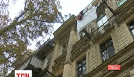 В Одесі обвалився балкон третього поверху разом із жінкою