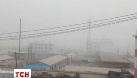 Мощная песчаная буря прокатилась по Китаю