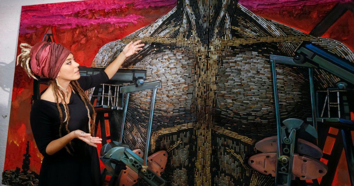 """""""Сердце войны"""", 3,5 метра на 1,8. Это аллегория: тело тирана, у которого нет головы, а руки представлены в виде вышек, качающих нефть. @ Reuters"""