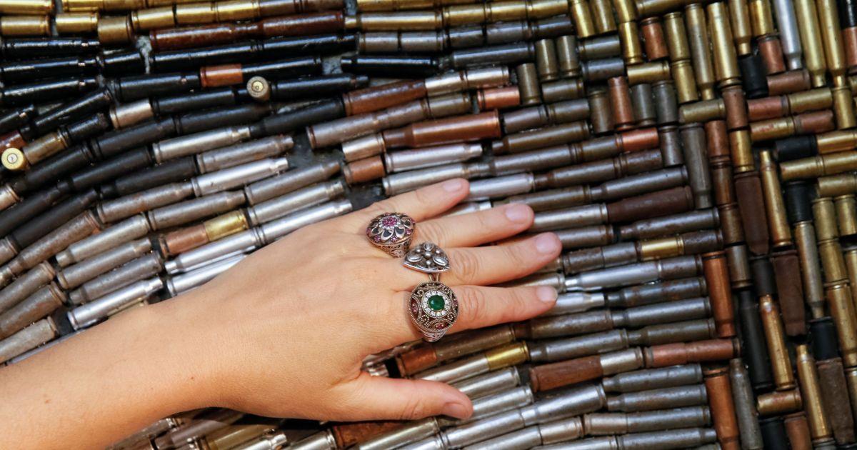 Произведения искусства сделаны из гильз и осколков снарядов. @ Reuters