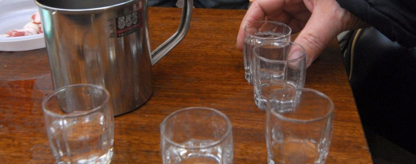 Литр на троих: в Константиновке школьники попали в больницу из-за отравления водкой