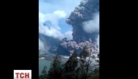 Виверження вулкану в Індонезії: сотні туристів евакуювали, десятки зникли безвісти