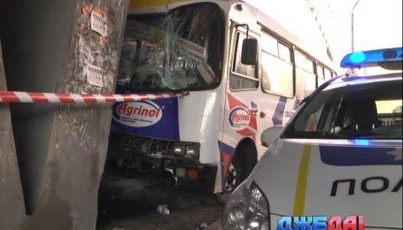 В Киеве забитая пассажирами маршрутка попала в ДТП