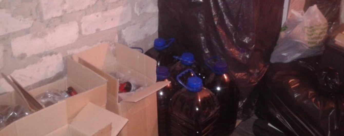 Суд заарештував двох підозрюваних в отруєнні людей сурогатним алкоголем на Донеччині