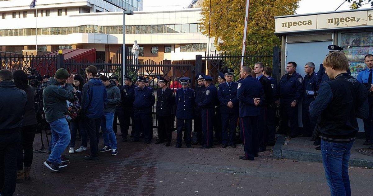 Активісти і правохоронці біля Солом'янського суду @ ТСН