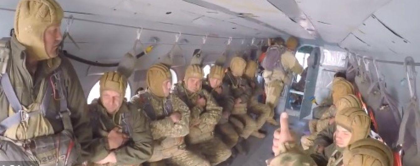 У Мережі з'явилося видовищне відео стрибків з парашутом житомирських десантників
