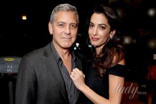 Веселый Хью Джекман и счастливые Джордж и Амаль Клуни на благотворительном вечере